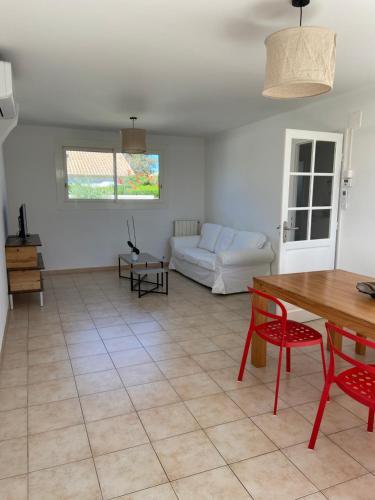 A seating area at Jolie Villa avec Jardin Proche Plage
