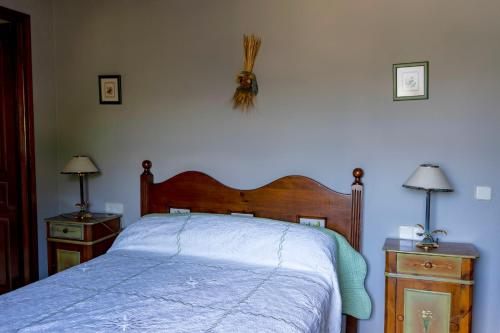 A bed or beds in a room at Hotel Rural Casa Dera Hont