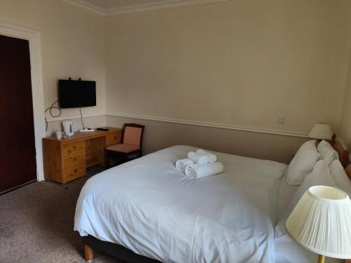 A bed or beds in a room at Richmond Arms Hotel