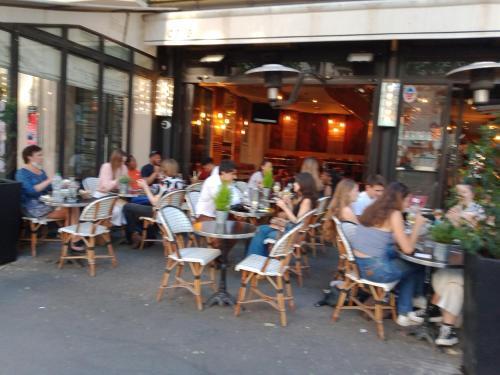Ein Restaurant oder anderes Speiselokal in der Unterkunft Appartement VL heart of paris in ST Germain Des Pres -Odeon