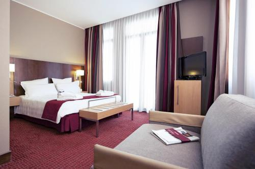 A bed or beds in a room at Mercure Roma Piazza Bologna