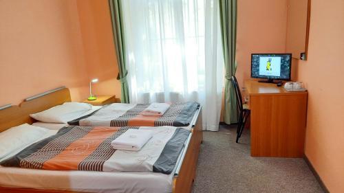Кровать или кровати в номере Pension City Center & L`Opera