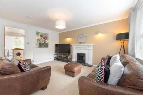 A seating area at Mickleborough House - Modern, Warm and Classy 3 Bedroom in West Bridgford