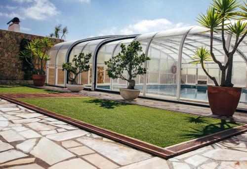 Um jardim no exterior de Dii Beach House Piscina Interior Aquecida