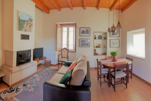 Uma área de estar em Casa de Sampaio - Castelo Mendo