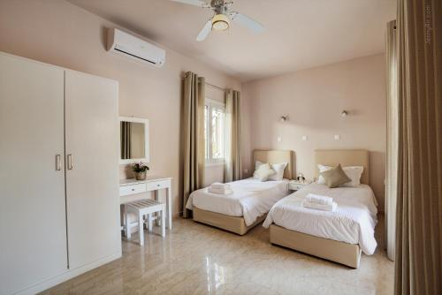 A bed or beds in a room at Paradise Village