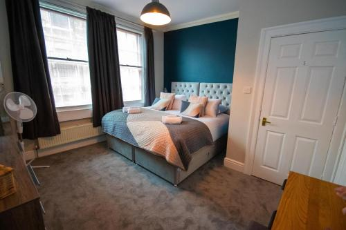 A bed or beds in a room at Beautiful maisonette with garden and parking