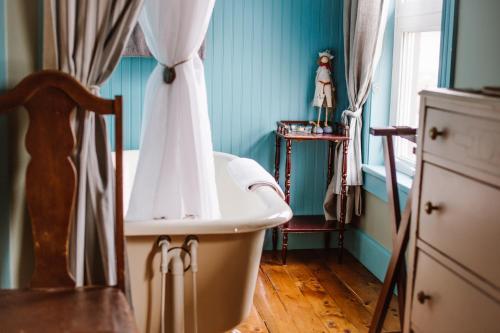 A bathroom at Auberge d'Anjou-Cocooning Café