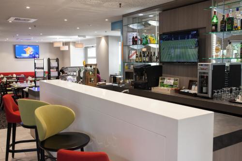 Salon ou bar de l'établissement Holiday Inn Express Amiens, an IHG Hotel