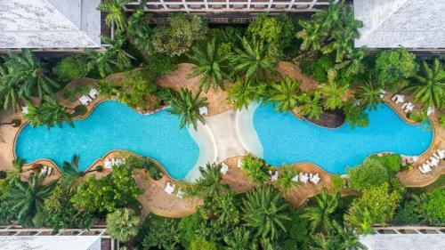 Uitzicht op het zwembad bij Ravindra Beach Resort & Spa of in de buurt
