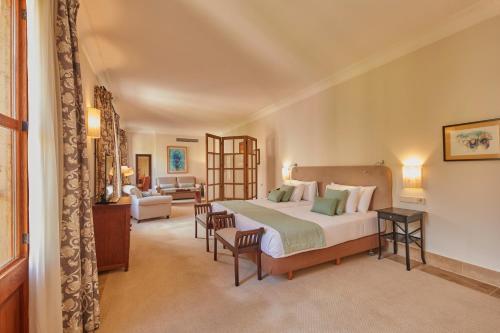 Łóżko lub łóżka w pokoju w obiekcie Zoetry Mallorca Wellness & Spa
