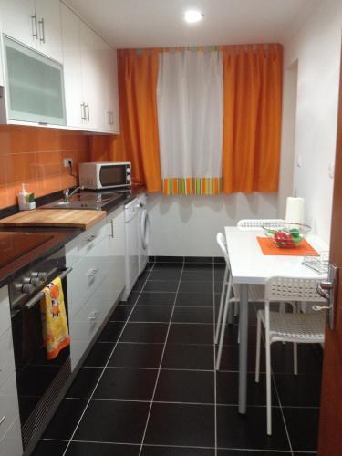 A kitchen or kitchenette at Duplex Perto do Aeroporto