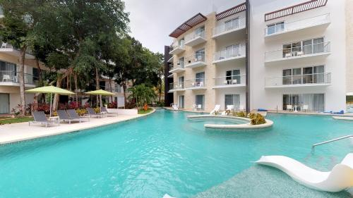 The swimming pool at or close to Residences at The Fives