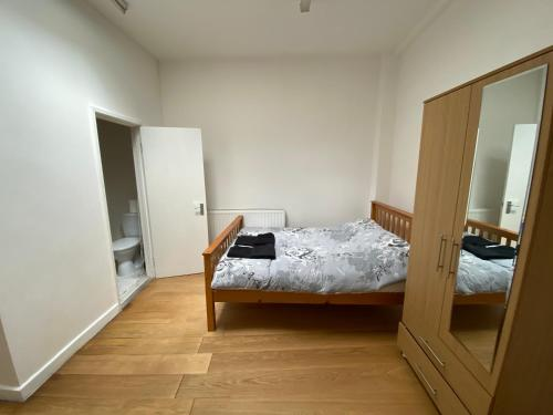 A bed or beds in a room at Bright Studio Flat Cozy Area - 20 min Central