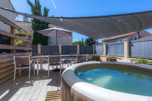 The swimming pool at or close to Appartement Domloc