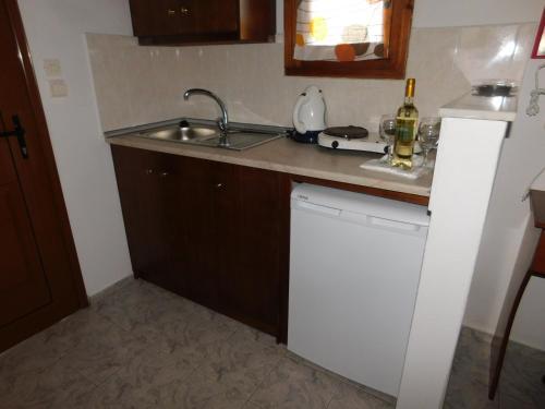 A kitchen or kitchenette at elenis village
