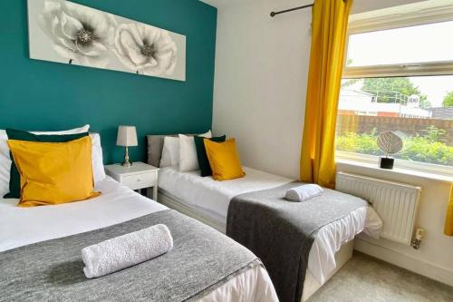 A bed or beds in a room at Modern and Stylish Bristol Apartment FREE PARKING