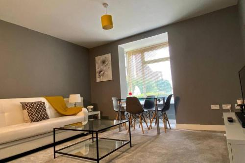 A seating area at Modern and Stylish Bristol Apartment FREE PARKING