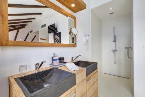 Een keuken of kitchenette bij Dolphin Suites