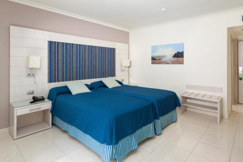 Een bed of bedden in een kamer bij Tigotan Lovers & Friends Playa de las Americas - Adults Only (+18)