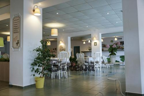 A restaurant or other place to eat at Sirena Hotel