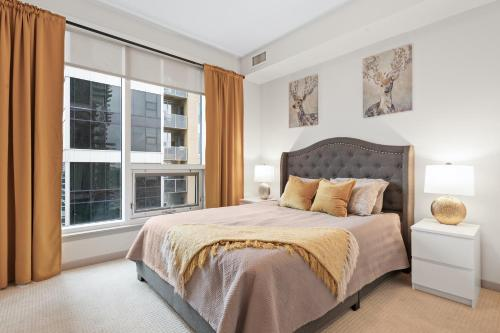 A bed or beds in a room at Simply Comfort. Stunning Downtown Apartments