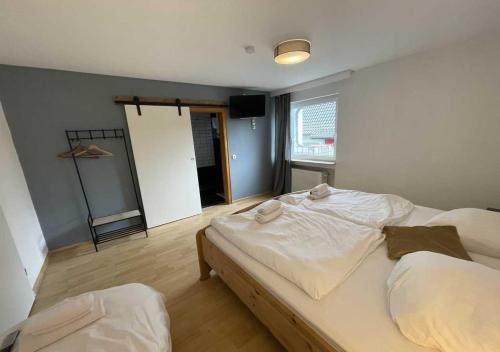 A bed or beds in a room at Hotel Seeblick und Apartments Am See