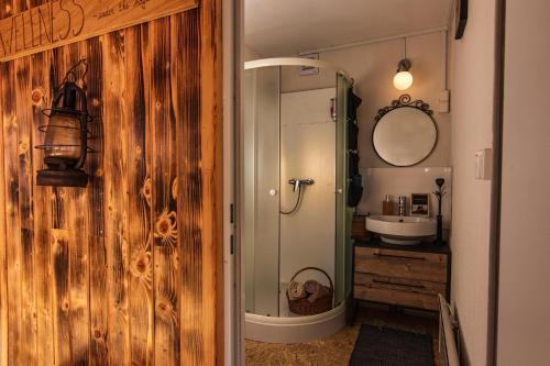 Een badkamer bij Panorama Glamping Visole