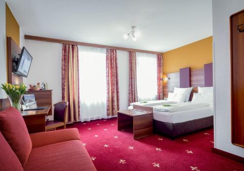 A bed or beds in a room at TIPTOP Hotel Burgschmiet Garni