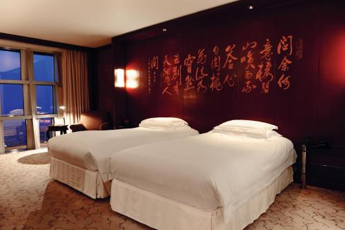 A bed or beds in a room at Grand Hyatt Shanghai