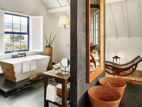 A bathroom at Santa Teresa Hotel RJ - MGallery