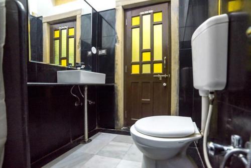 A bathroom at Tofu Hotel & Safari