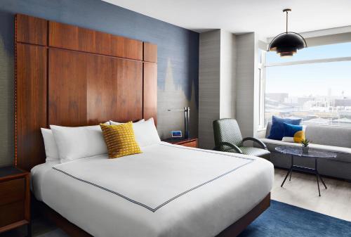 Een bed of bedden in een kamer bij Gansevoort Meatpacking