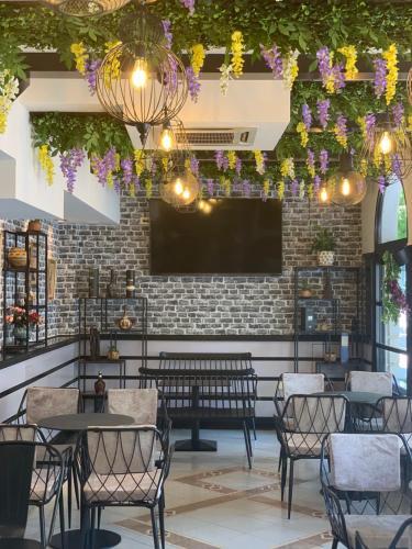 The lounge or bar area at Hotel Villa Tafaj