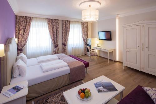 A bed or beds in a room at Hotel Restaurant zur Post