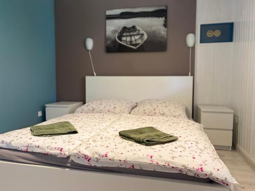 A bed or beds in a room at Tafi Apartman