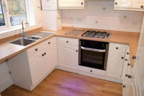 A kitchen or kitchenette at 2 bed apartment