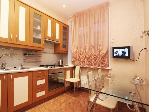 Кухня или мини-кухня в ApartLux Университет