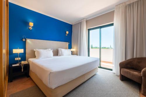 Een bed of bedden in een kamer bij Vale d'El Rei Hotel & Villas