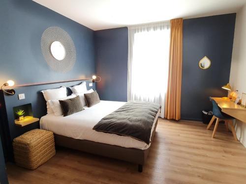 A bed or beds in a room at Hôtel Le C - Boutique Hôtel