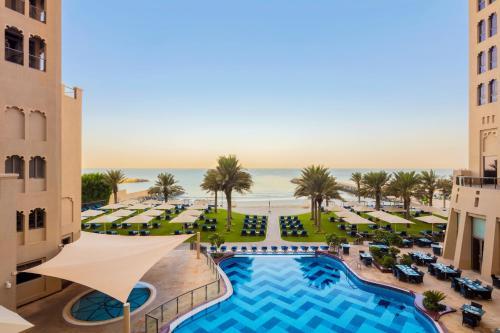 Вид на басейн у Bahi Ajman Palace Hotel або поблизу