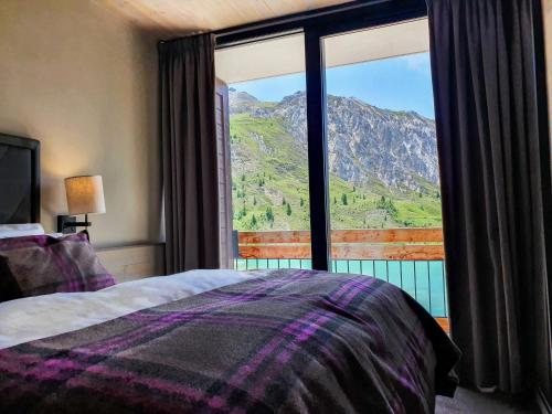 A bed or beds in a room at Langley Hôtel Tignes 2100