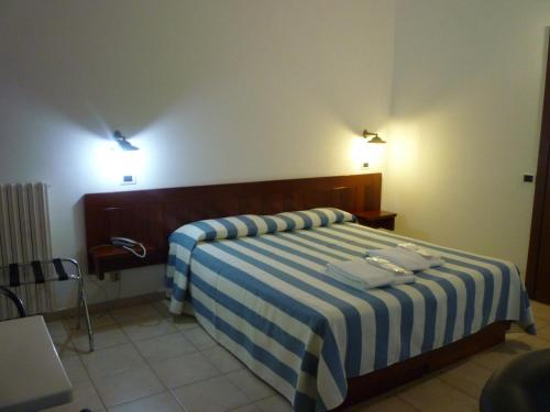 A bed or beds in a room at Hotel L'Ancora