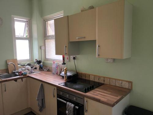 A kitchen or kitchenette at Lovely large flat double room great location
