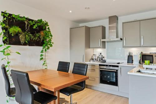 A kitchen or kitchenette at 1-Bed Spacious Flat, North London, 15 Minutes to Central