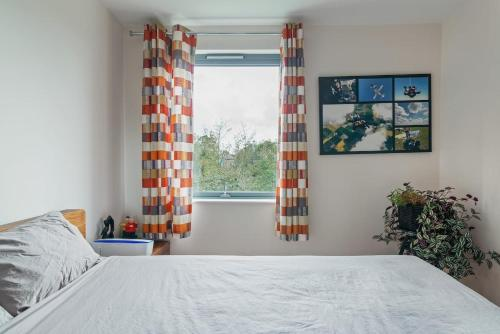 A bed or beds in a room at 1-Bed Spacious Flat, North London, 15 Minutes to Central