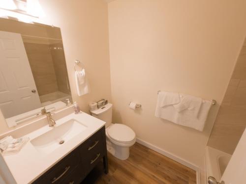 A bathroom at Silverwood Motel
