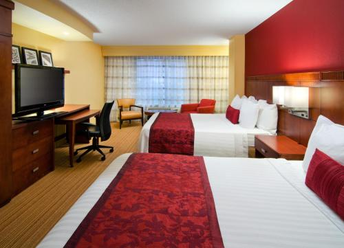 A bed or beds in a room at Courtyard by Marriott Birmingham Downtown at UAB