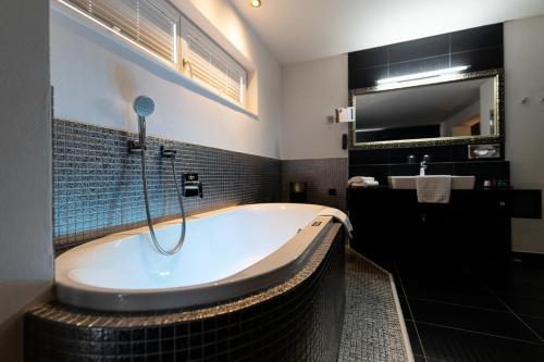 Ein Badezimmer in der Unterkunft Maiers Kuschelhotel Loipersdorf Deluxe - ADULTS ONLY