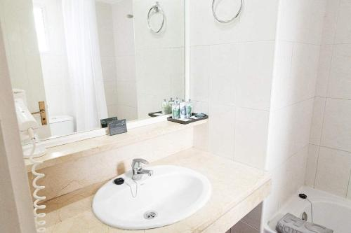 A bathroom at Apartamentos Hg Tenerife Sur